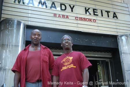 """Mamady Keïta est djembéfola, maîtredjembé. De sa Guinée natale au monde entier, il est devenu l'ambassadeur de ce tambour issu de la tradition mandingue. On lui doit en grande partie la douce """"djembéfolie"""" qui touche tous les continents. Mamady comment devient-on djembéfola ? Mamady Keïta : Tu peux être doué, né pour être jembefola, cela ne suffit pas. Tu as besoin d'être initié. J'ai dû apprendre l'histoire du jembe, la tradition qu'il sert, les rythmes traditionnels. J'ai été initié à l'esprit du jembefola, au cercle du jembefola. Il faut aussi connaître les plantes, bonnes et mauvaises… Ceux qui ne connaissent pas ce tambour diront que c'est un instrument pour faire du bruit, ce n'est pas cela! Le jembe est un instrument qui parle comme vous et moi. Avant de commencer à jouer des toniques, des claqués et des basses, il faut connaître l'esprit et la valeur du jembe dans la société. Taper, c'est juste de la technique, c'est rien. Quelle est la bonne attitude pour apprendre ? M .K . : La patience… Pendant 7 ans j'ai été accompagnateur, maintenant je maîtrise tout ce que je fais. Je suis fier de ma patience car sans elle, tu rates tout. Aujourd'hui il n'y a plus de patience mais la différence est visible entre celui qui, depuis quarante ans, joue du jembe, et celui qui commence. Un maître n'autorisera jamais celui qui apprend depuis deux ans à faire un solo. Il faut travailler, apprendre les rythmes de base par cœur. Face à la modernité, comment se porte la tradition d'où est issue le djembé ? M . K . : Elle est forte dans les villages, en revanche dans la capitale [Konakry] c'est autre chose. Les jeunes qu'on y entend jouent bien, fort, rapide, ils ont beaucoup de technique. Mais c'est à la manière du ballet. Dans la tradition, tu ne joues pas du jembe pour jouer du jembe, tu ne joues pas pour l'argent. Tu es appelé pour les fêtes qui, elles, ont une histoire et sont liées à une situation. Les rythmes exécutés correspondent à tout cela. Par exemple, ceux de la fête """